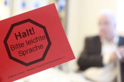Rote Karte: Halt, bitte Leichte Sprache
